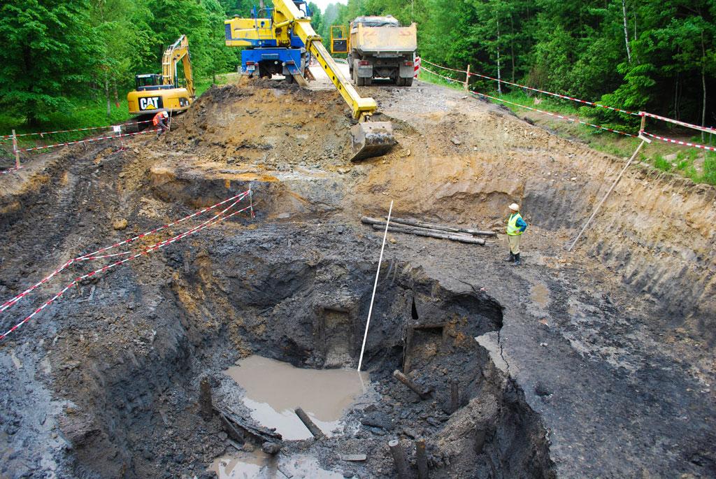 Obr. 3. Celkový pohled na lokalitu – stavební jáma vmístě propadu silnice. Fig. 3. General view of the site – excavation at the site of the road collapse.